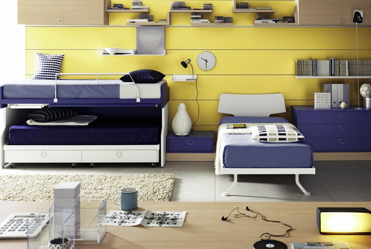 Для детей одинакового возраста подойдет двухэтажная кровать, а старший ребенок может спать отдельно