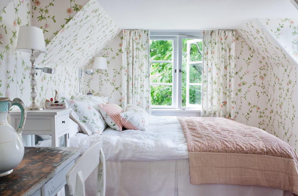 Дизайн спальни в мансарде в стиле прованс