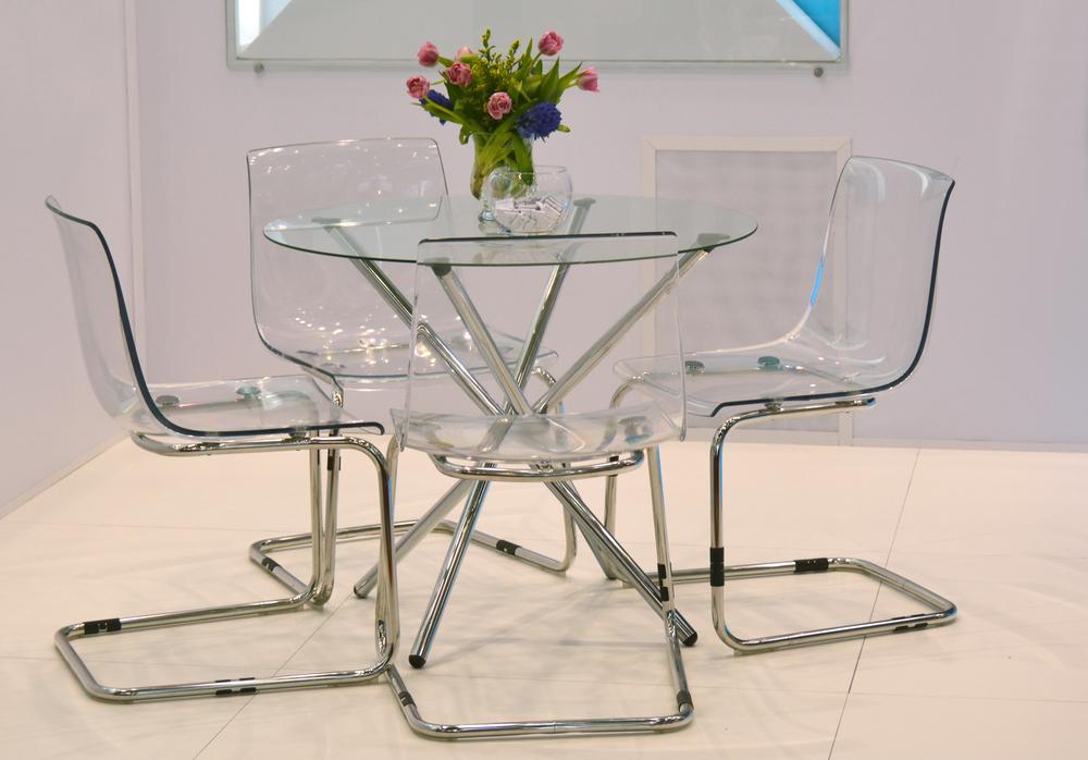 Прозрачная мебель визуально увеличивает пространство