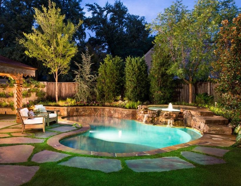 Чтобы двор смотрелся более уютно и элегантно, можно на его территории разместить водоем