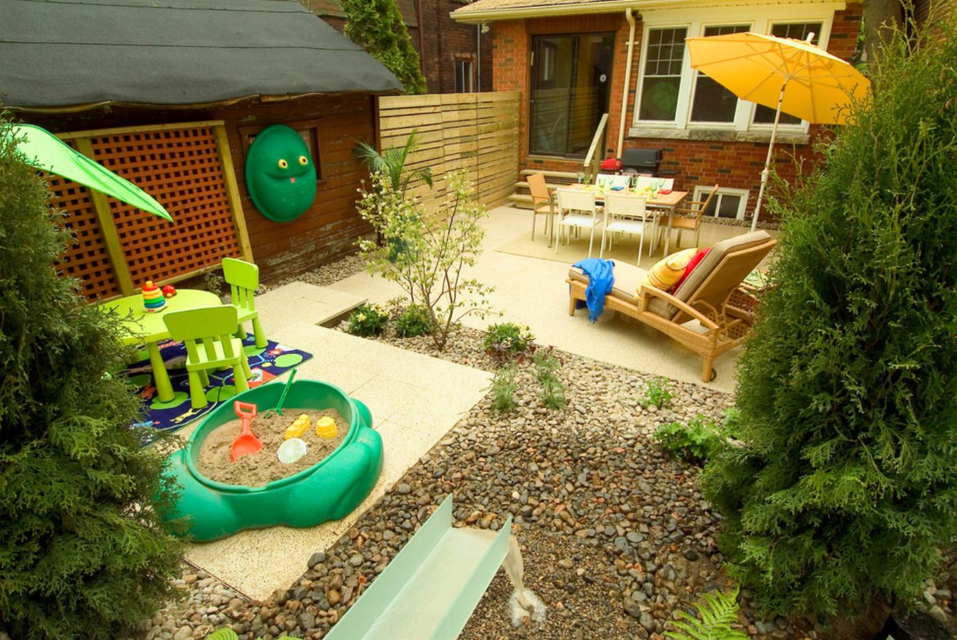 Детская игровая площадка во дворе частного дома