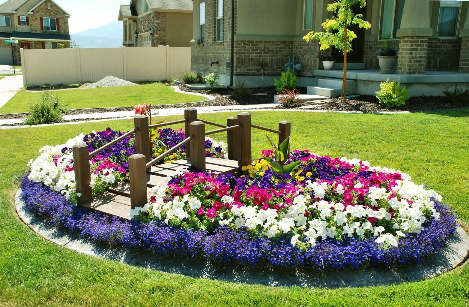 Клумба с цветами во дворе частного дома