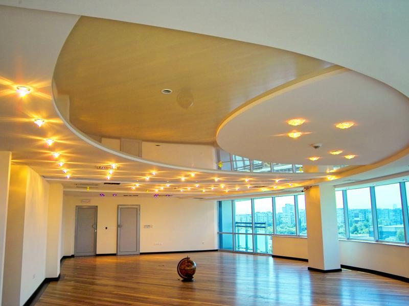 Необычный подвесной потолок из гипсокартона с интересным освещением