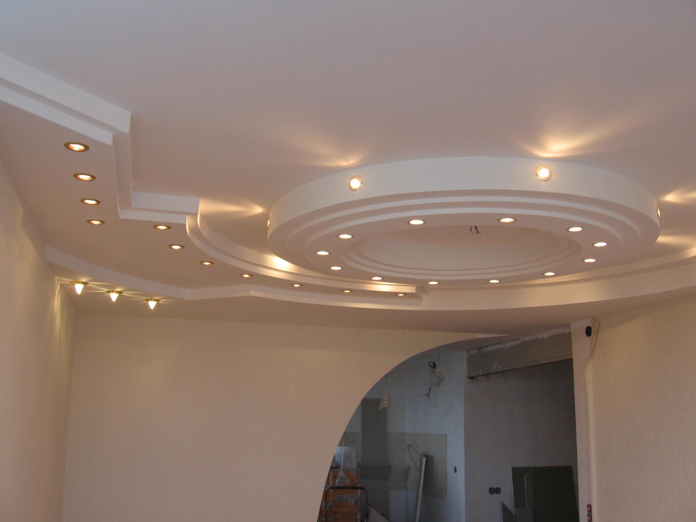 Гипсокартонный подвесной потолок с точечными светильниками