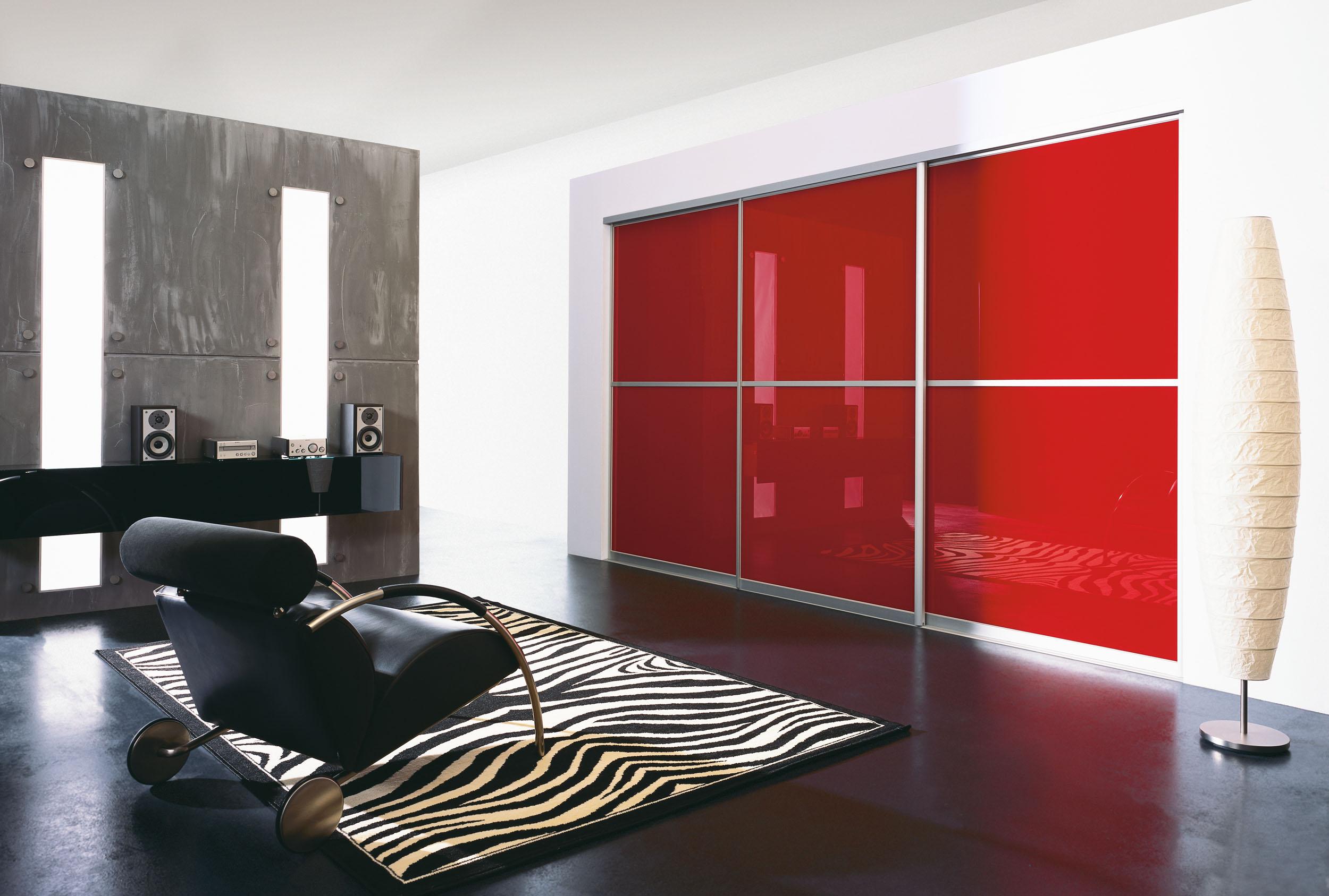 Шкаф-купе красного цвета негативно влияет на сон