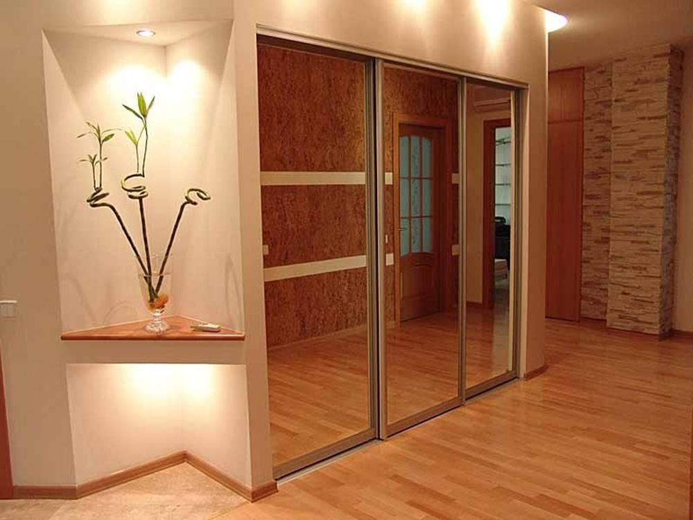 Зеркальная поверхность шкафа визуально увеличивает пространство в спальне