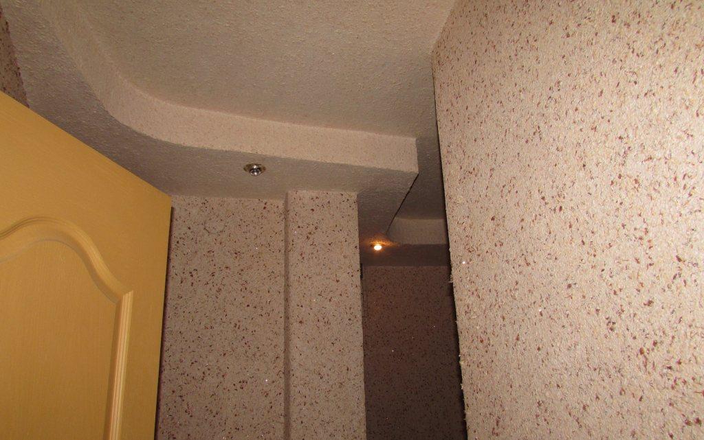 Светлые жидкие обои в коридоре