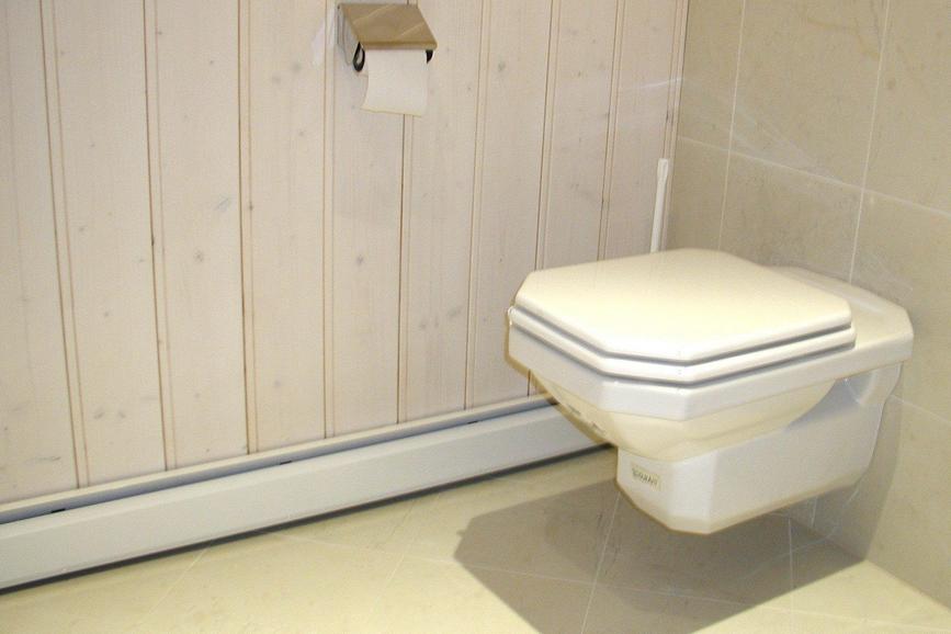 Теплый плинтус в туалете