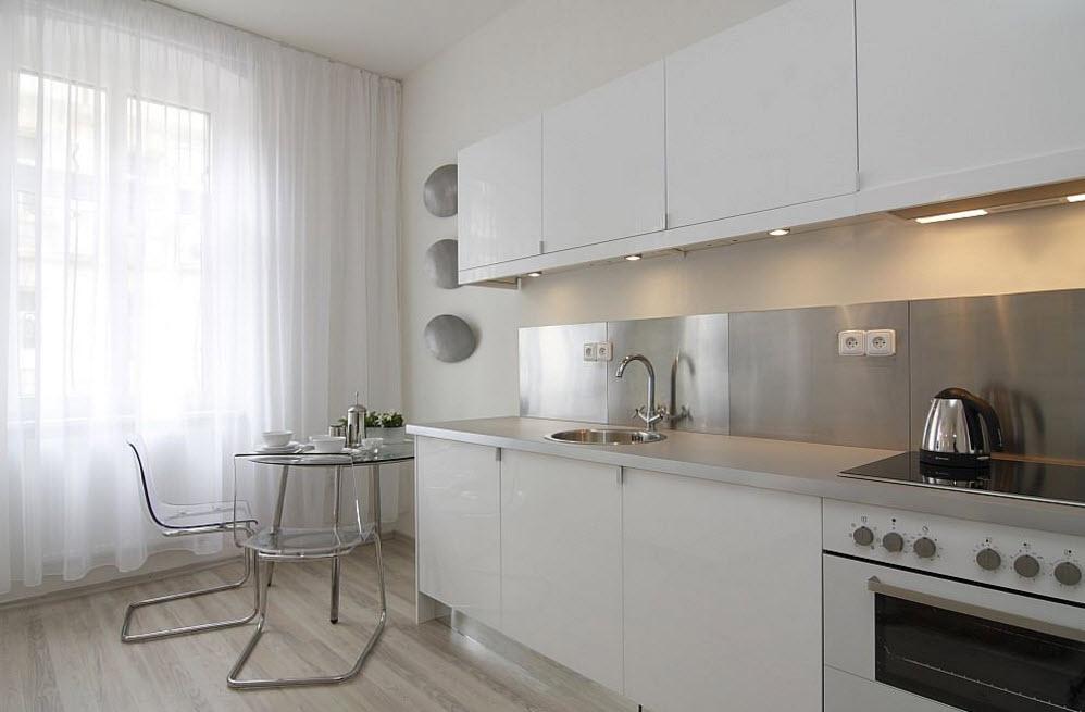 Белая тюль на кухне