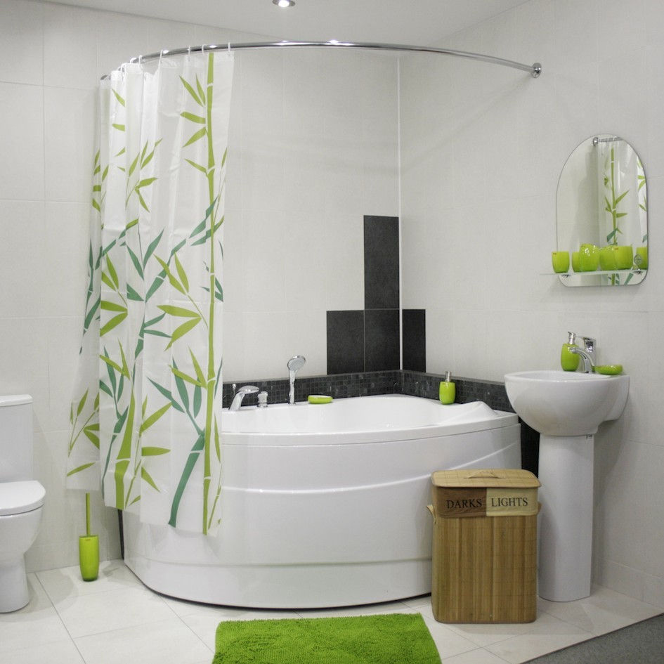 Травяной орнамент на шторке гармонирует с другими аксессуарами ванной комнаты