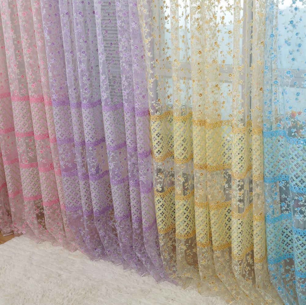 Тюль с различными узорами в качестве декора выглядит легко и романтично