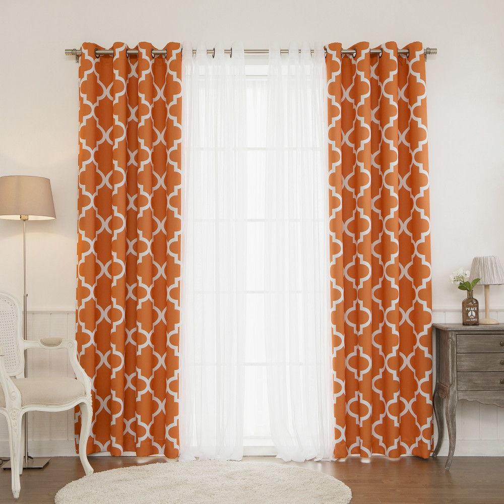 Акцент на ярких шторах с простым геометрическим рисунком — выгодная идея для спальни в стиле минимализма