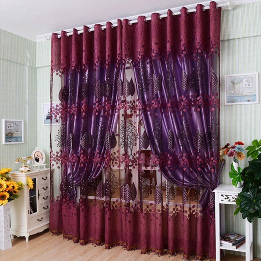 Занавески в сочных сливово-вишневых тонах гармонично смотрятся в гостиной с пастельными обоями