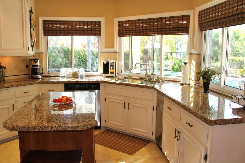 Ролеты в восточном стиле хорошо подойдут для кухни с окнами на солнечную сторону