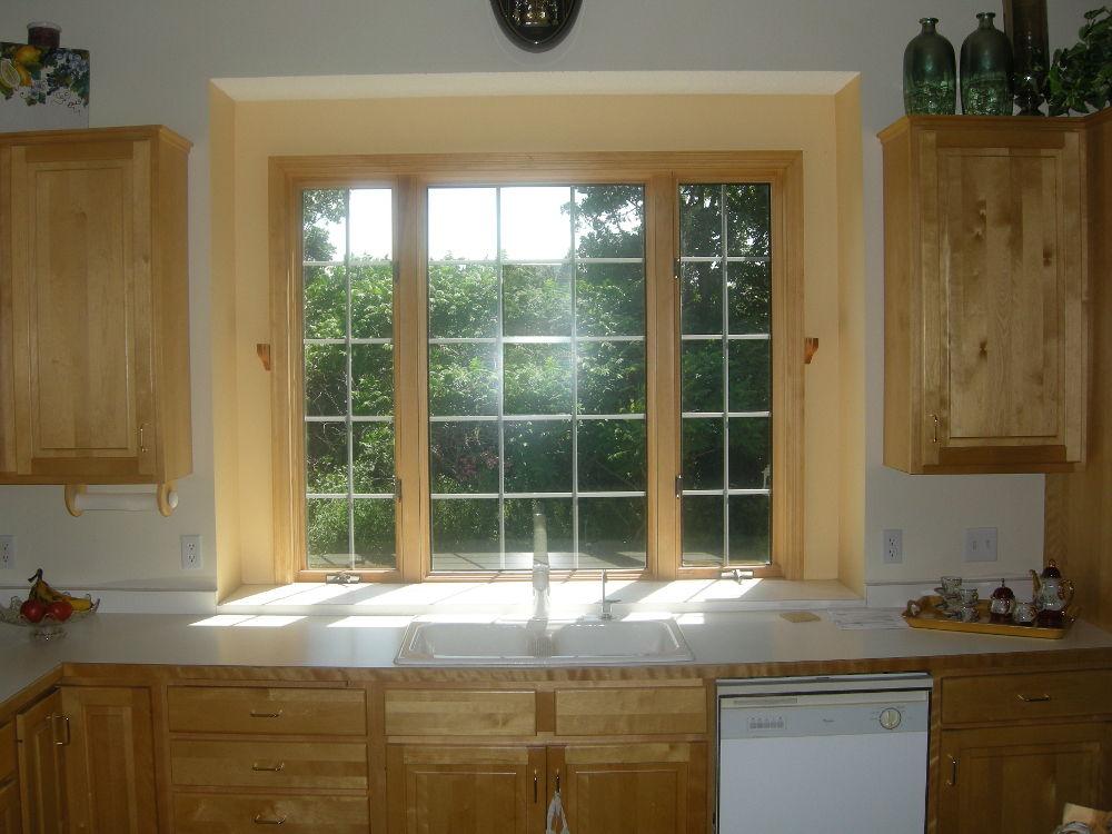 Деревянные окна составляют единый ансамбль с общим оформлением кухни