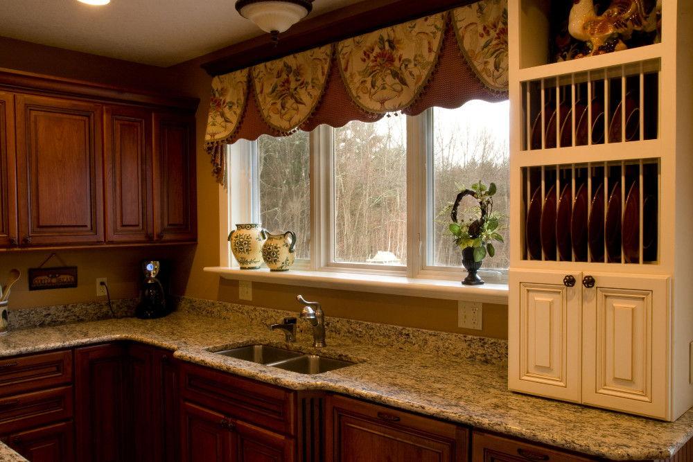 Кухонные занавески гармонично сочетаются с дизайном кухни к бежево-коричневых тонах