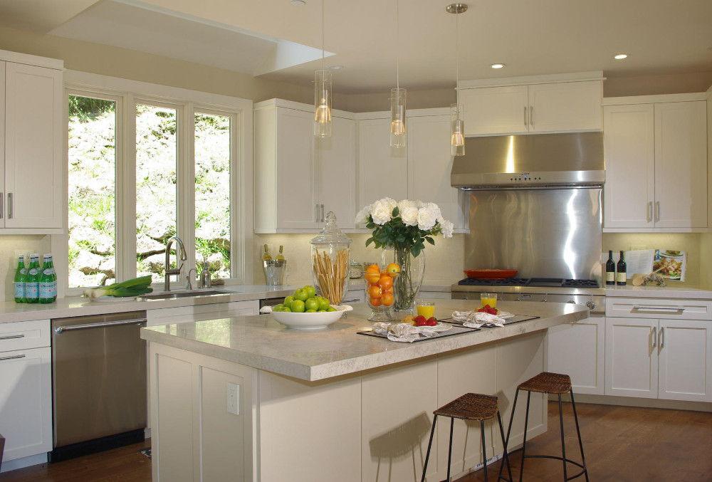 Оформление кухни в минималистическом стиле зачастую предполагает отказ от штор и занавесок