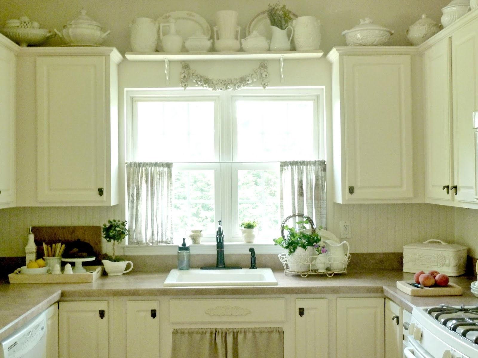 Легкие вуалевые кухонные занавески посажены на одну шторную ленту