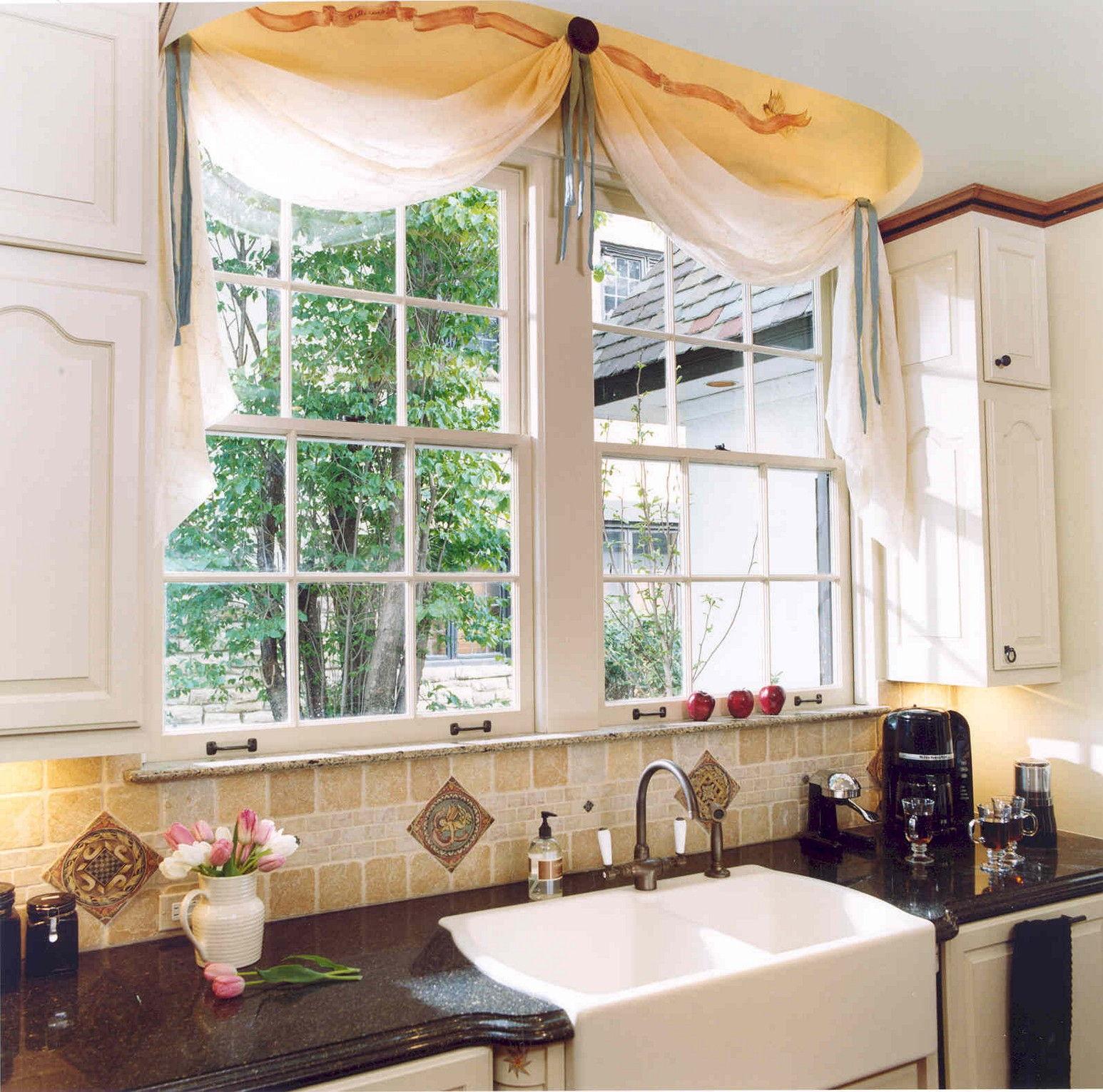 Светлые шторы-кафе для кухни в стиле прованс