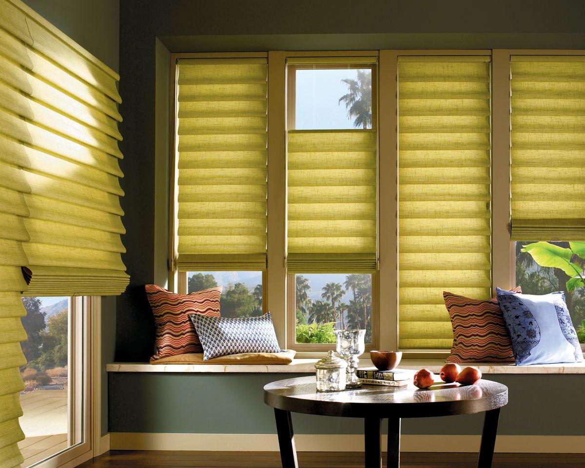 За счет правильно подобранных ткани и оттенка штор легко создается ощущение уюта