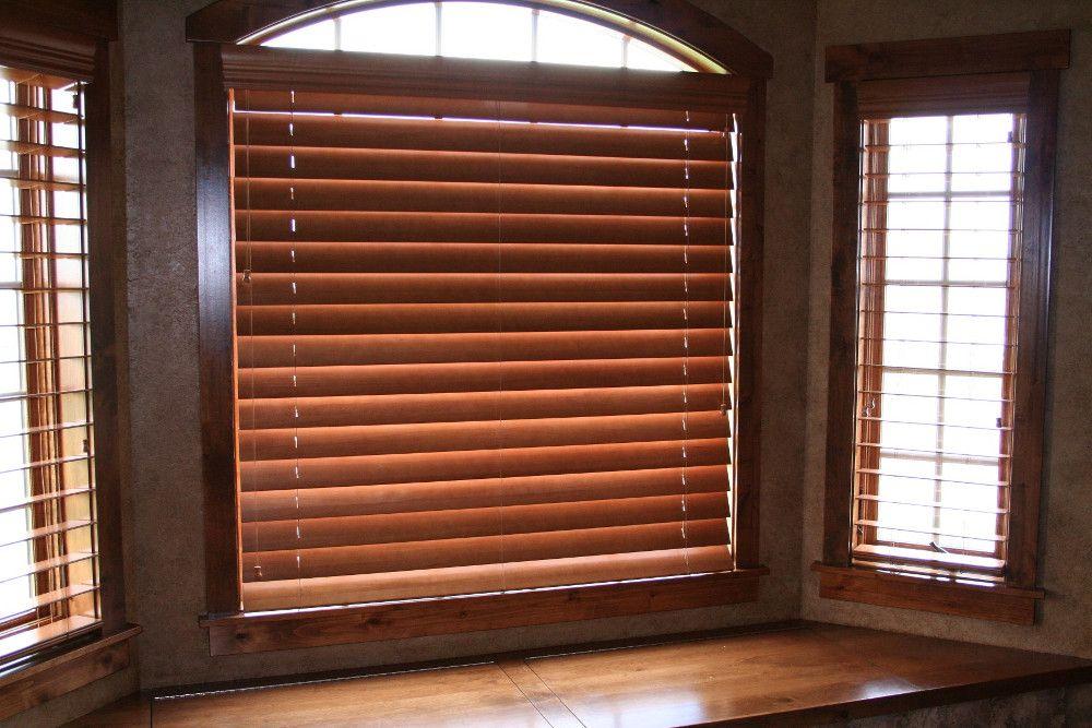 Установка деревянных жалюзи на арочные окна требует определенного опыта