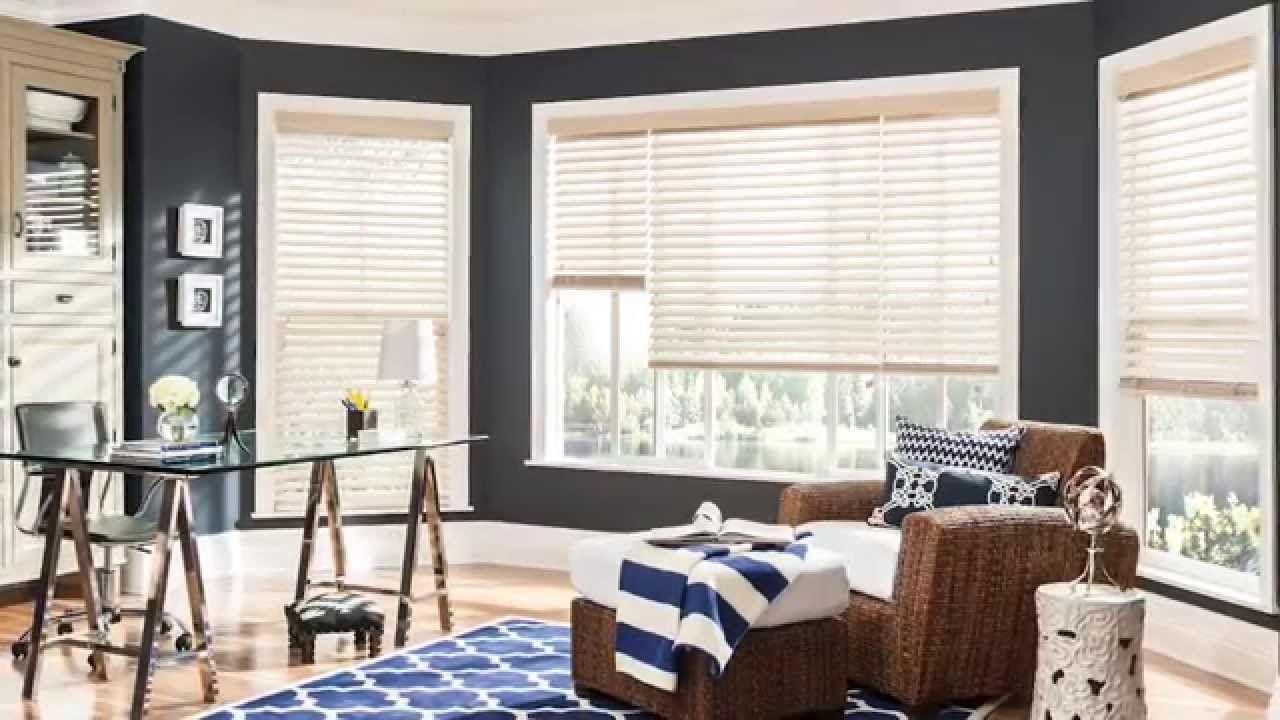 Деревянные жалюзи на окнах больших размеров обеспечат хорошее поступление света в помещение