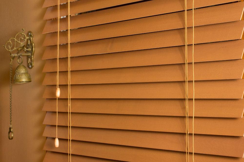Какие бывают деревянные жалюзи на пластиковые окна?