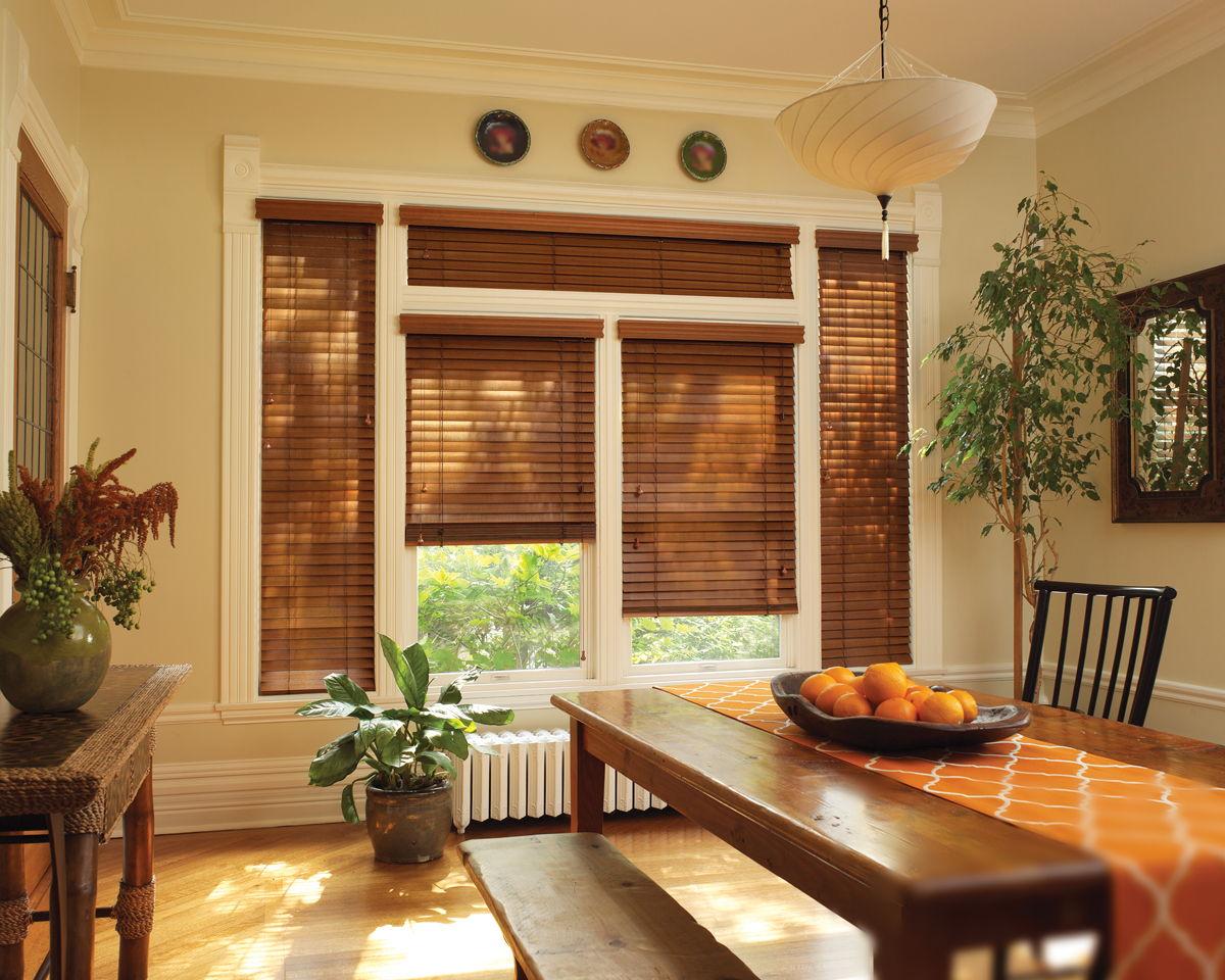 Деревянные планки различных оттенков создают оригинальный зрительный эффект