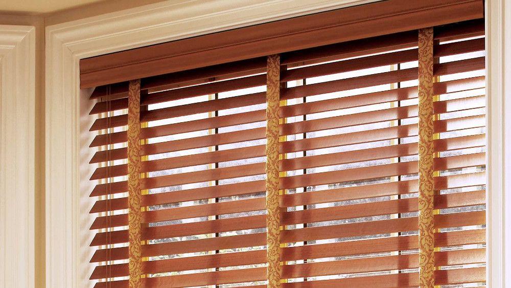 Горизонтальные деревянные жалюзи можно декорировать вертикальными вставками