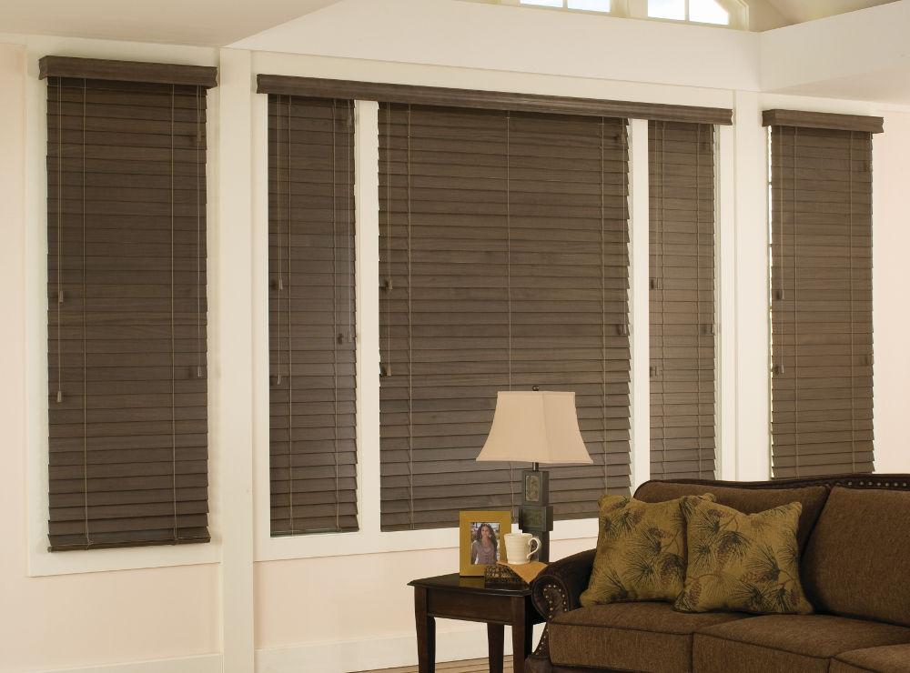 Деревянные жалюзи разных размеров помогут регулировать освещенность помещения