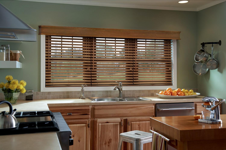 Деревянные жалюзи идеально сочетаются с кухонной мебелью из хороших сортов дерева