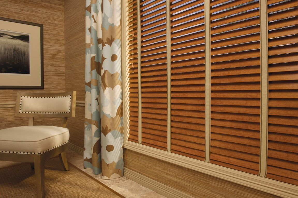 Цветочные мотивы на шторах добавят романтики в теплые оттенки интерьера