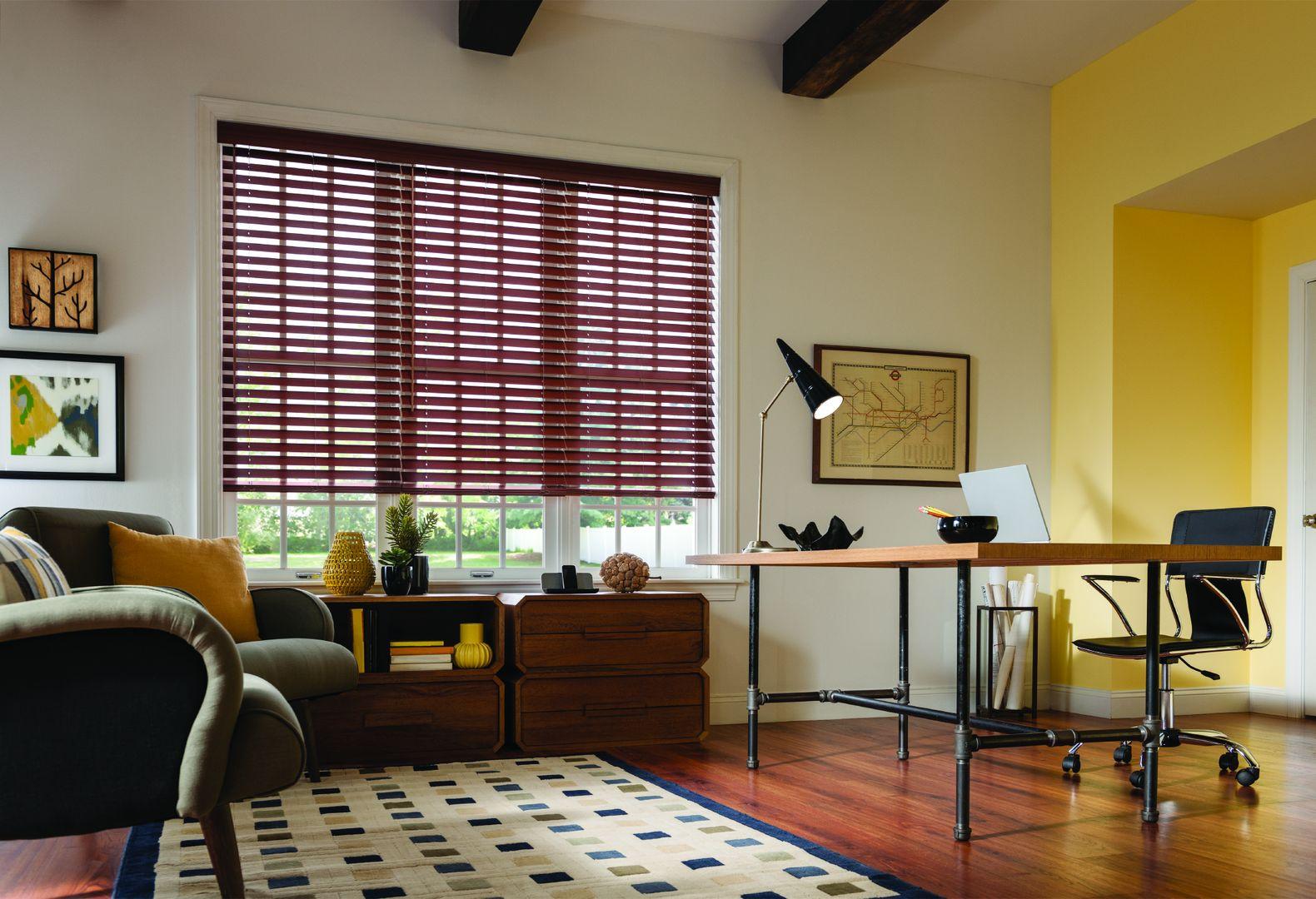 Вместе с деревянными жалюзи используйте в комнате иные элементы декора из природных материалов