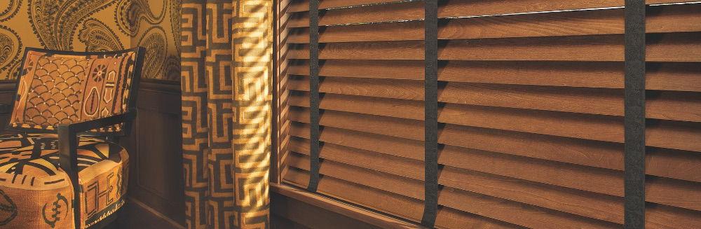 Тяжелые портьеры с абстрактным орнаментом — удачное дополнение к деревянным жалюзи