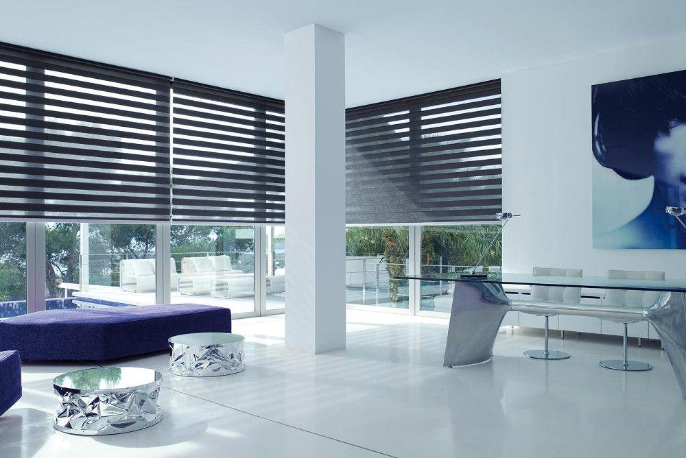 Горизонтальные полосы на шторах зрительно расширят комнату