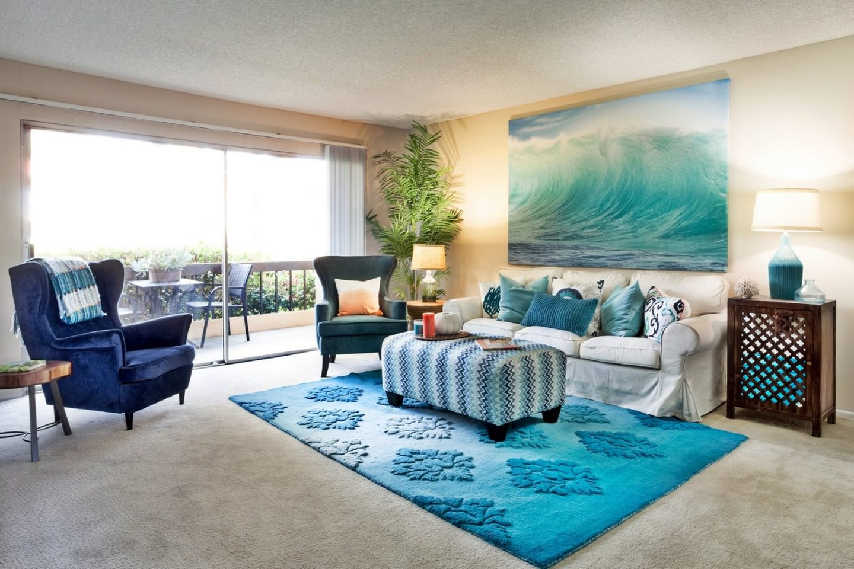 Интерьер гостиной комнаты в морском стиле