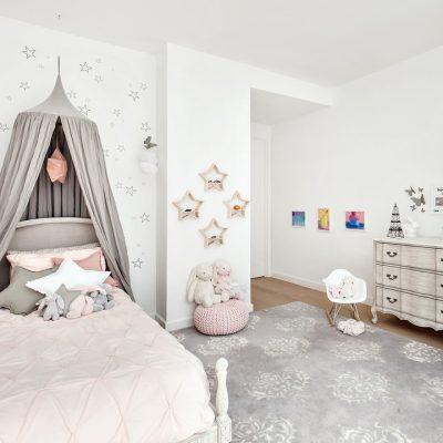 Комната в светлых тонах в стиле шебби-шик