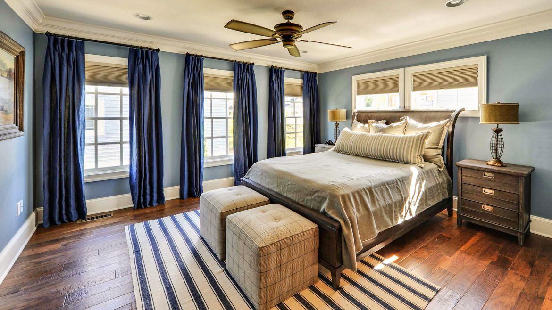 Однотонные шёлковые шторы в спальне глубокого цвета