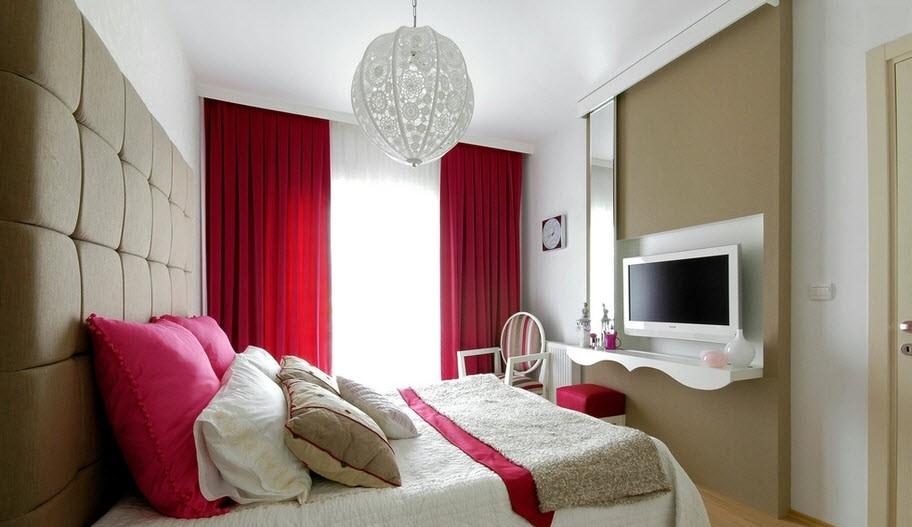Однотонные яркие шторы в спальне