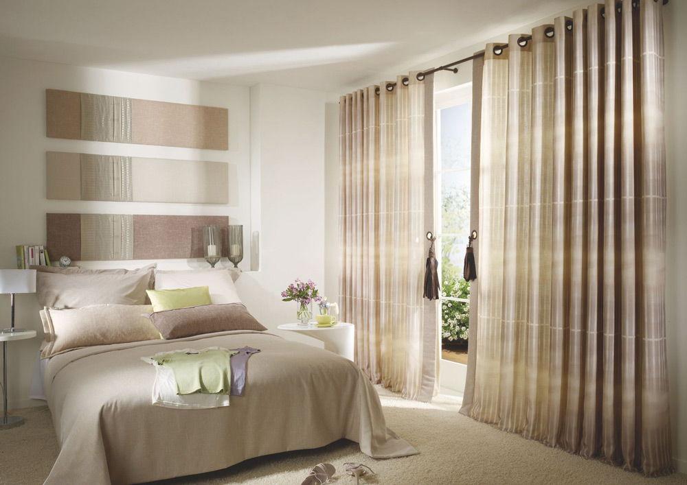 Сочетание штор в спальне с композицией на стене