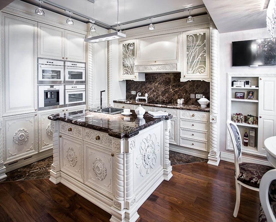При отделке кухни ампир часто используется мрамор