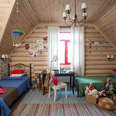 Детская в стиле кантри в деревянном доме