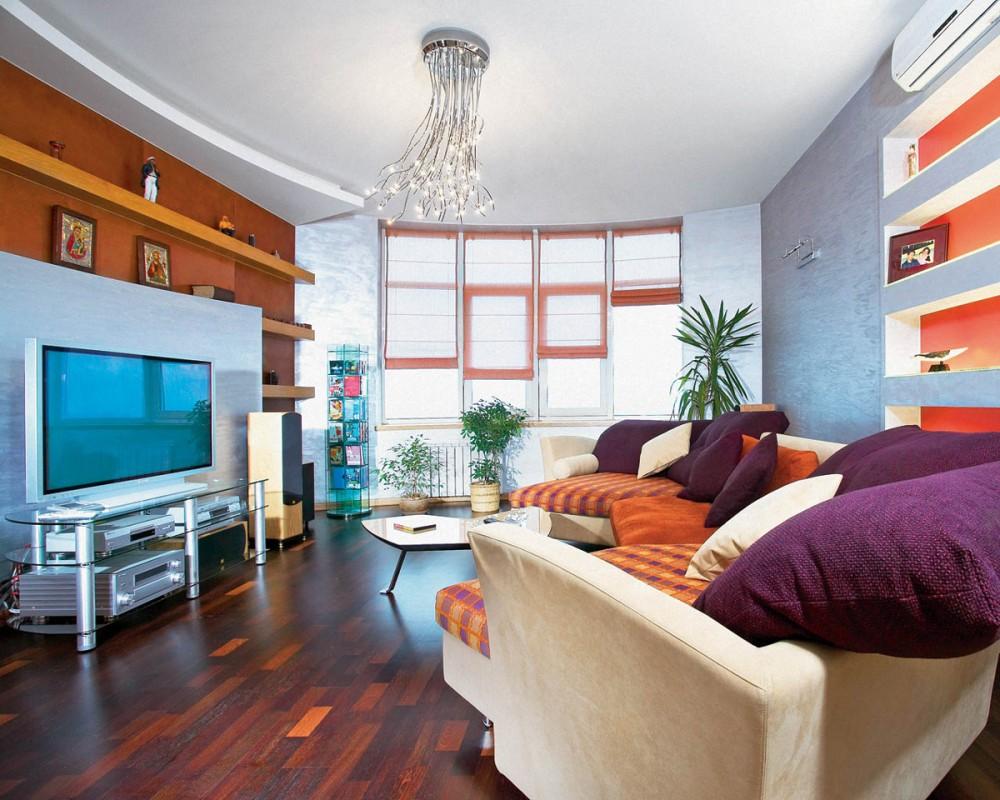 Гостиную в стиле фьюжн украшают многоуровневые потолки