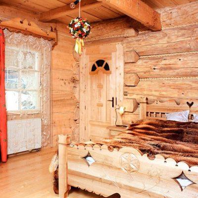 Красные шторы в интерьере комнаты