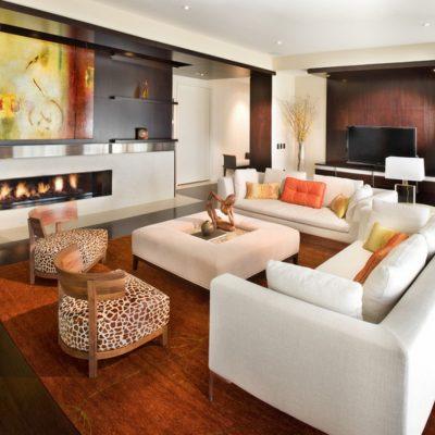Просторная гостиная в современном стиле с камином