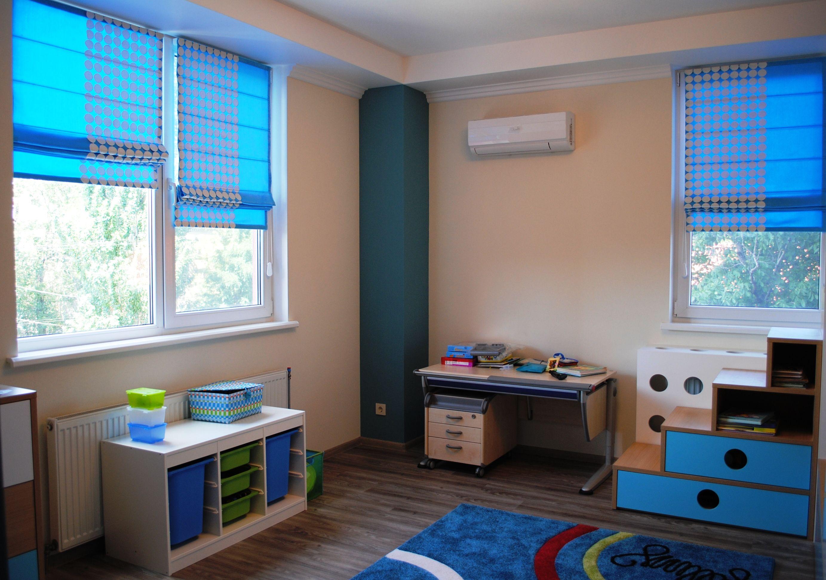 Римские синие шторы в бежевую детскую комнату