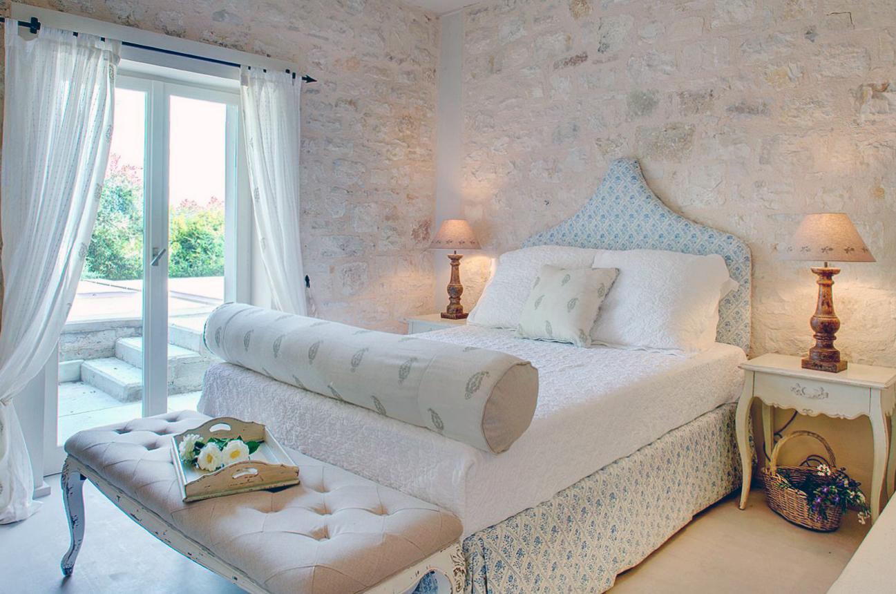 Сочетание современности и античности: спальня в греческом стиле