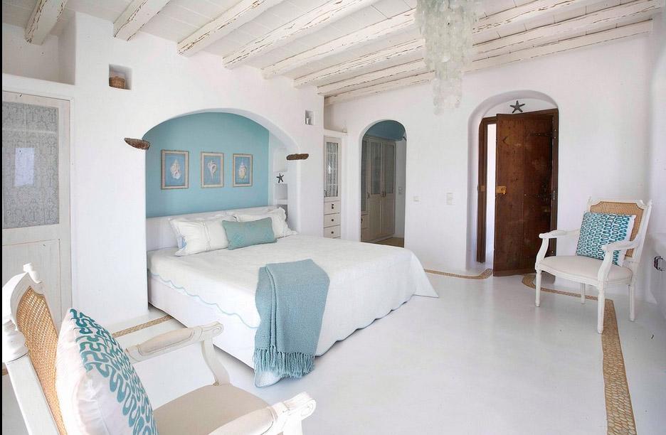 Спальня кровать в голубой арке