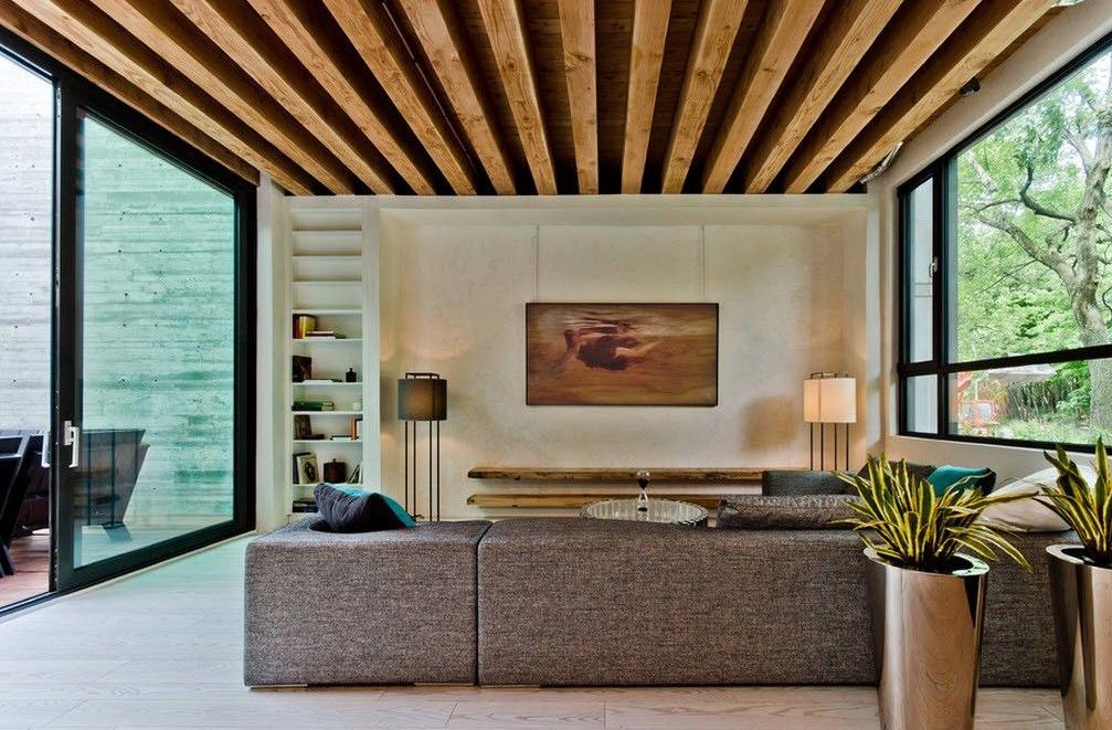Балочный потолок в гостиной в экостиле