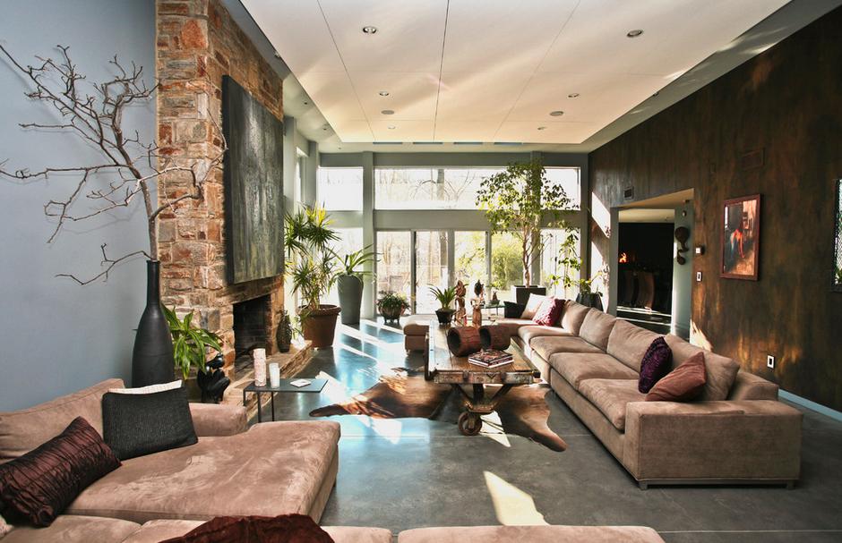 Камень, кожа и дерево в интерьере гостиной